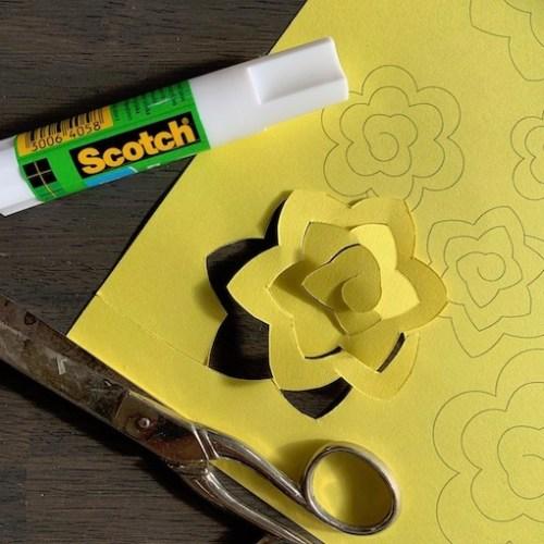 knip de vorm uit zodat je er een bloem mee kunt maken