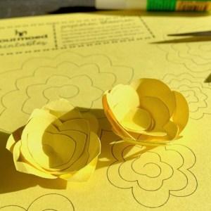 twee vormen van papieren bloemen gemaakt