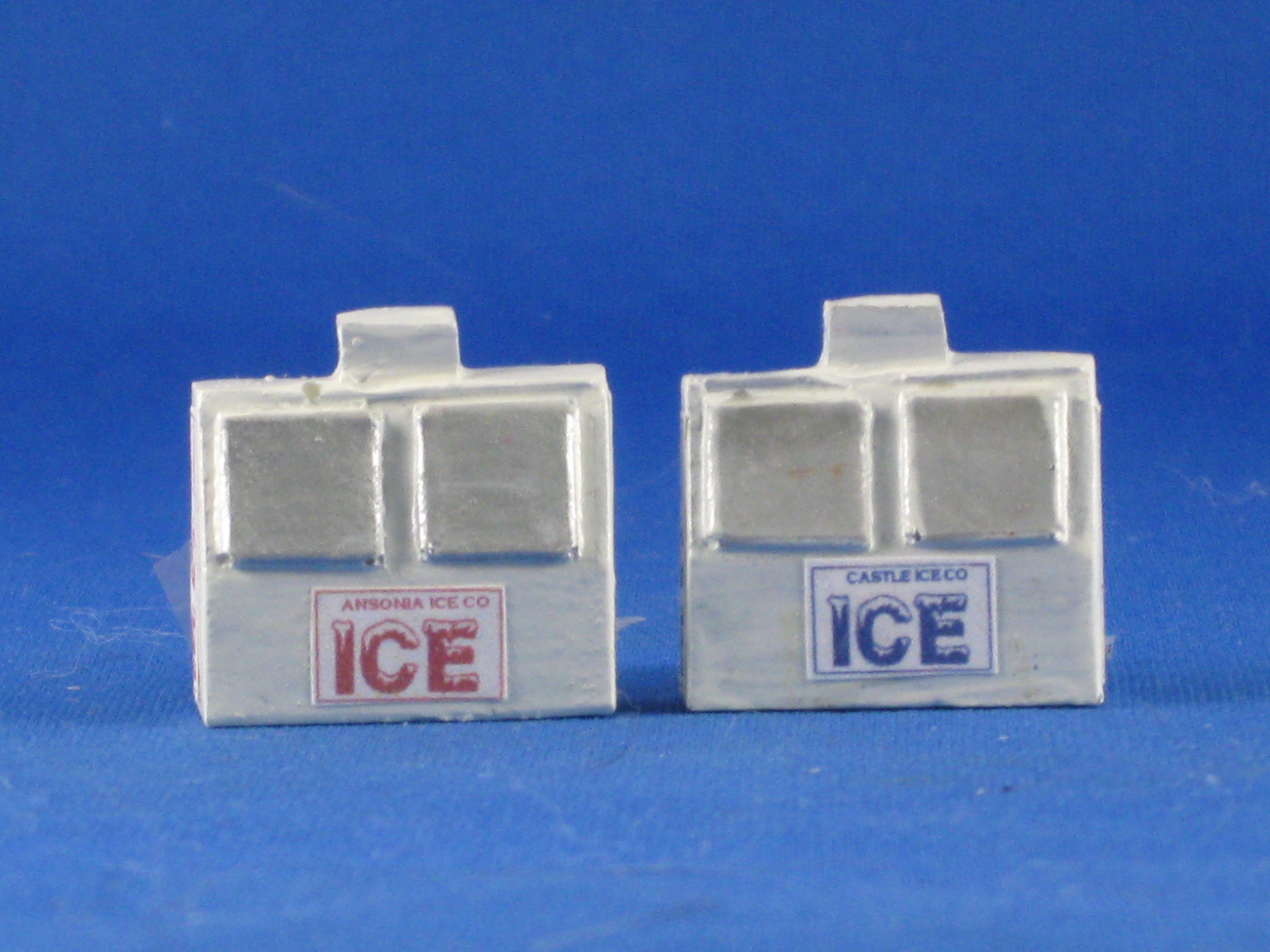 Ho Scale Newspapers Ice Machine And Detail Parts