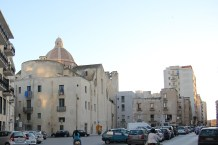 """Obrośnięty"" tył kościoła San Pietro"