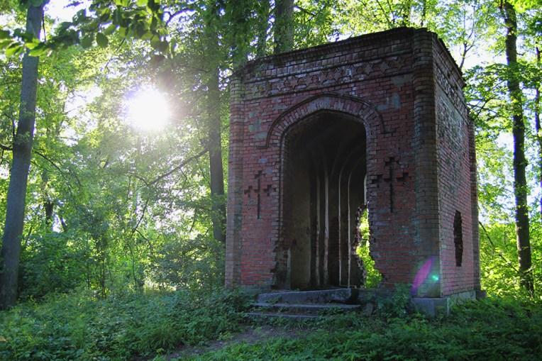 Pozostalości parkowej kapliczki