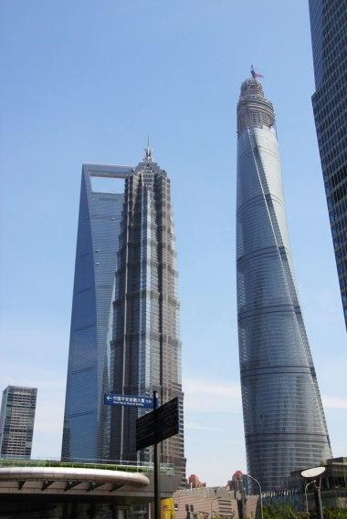 Pudong za dnia - po lewej Otwieracz po prawej budowana Shanghai Tower