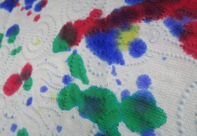 décomposition des couleurs de l'encre sur papier absorbant