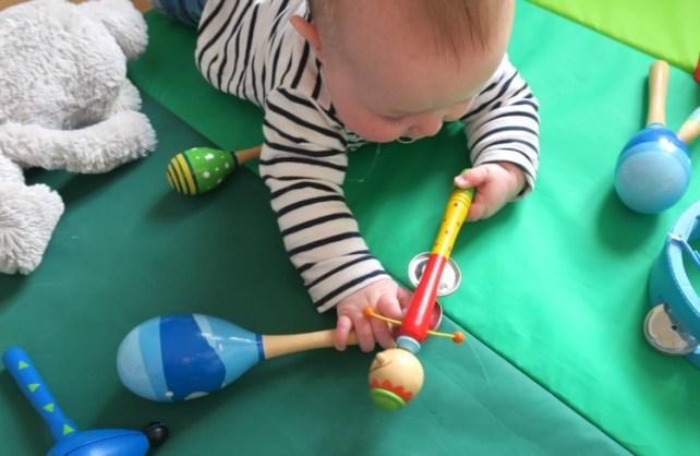 bébé joue avec des instruments de musique