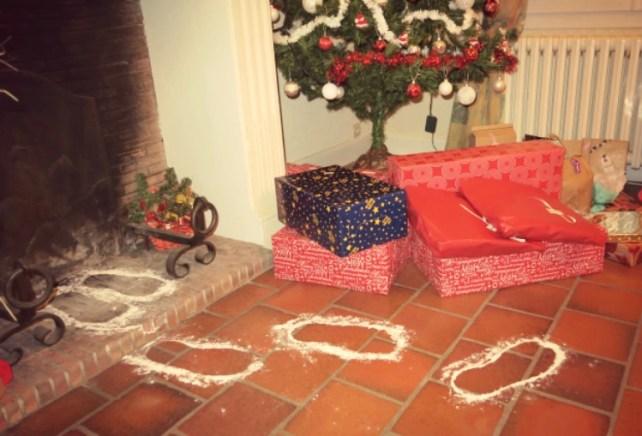Traces du père Noël devant la cheminée