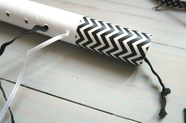 Fixer les rubans dans tube du mobile pour bébé