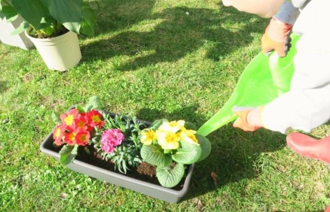 jouer-avec-la-nature-jardinage-enfant