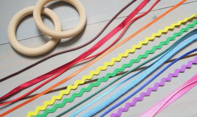 rubans et anneau de dentition bois pour fabriquer hochet de ruban bébé arc en ciel