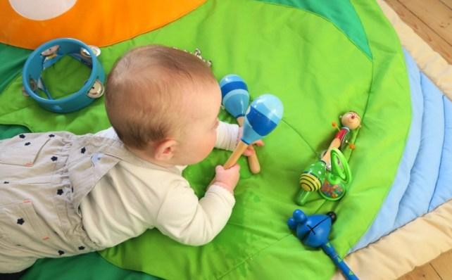 bébé 6 mois jeu avec instruments de musique