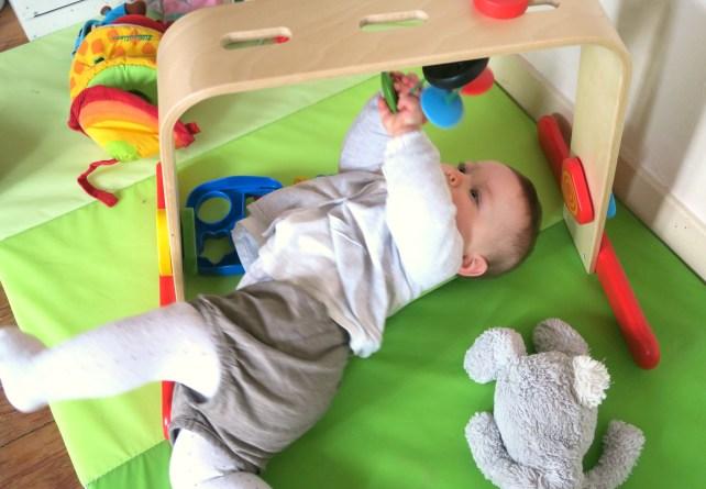 bébé joue avec arche d'éveil ikéa