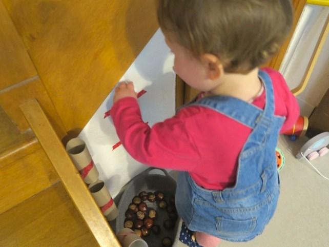 activité bébé automne toboggan de marrons