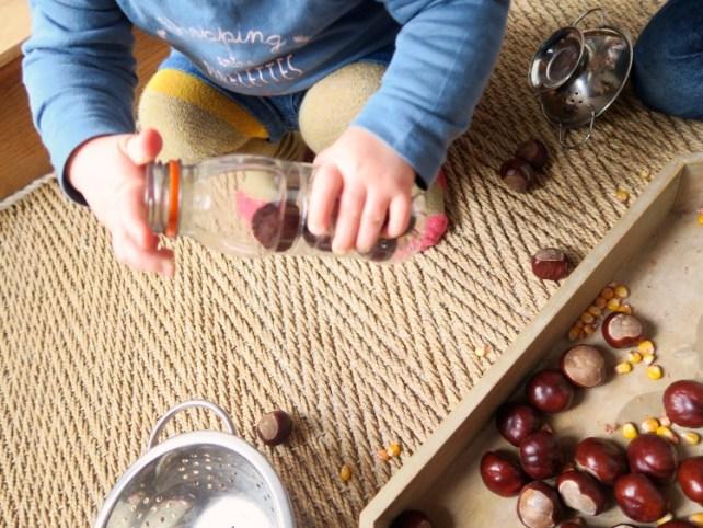 encastrement dans bouteilles plateau sensoriel automne activité bébé