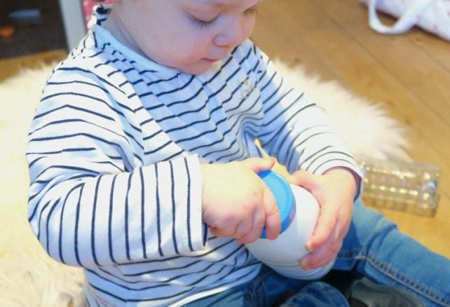 Apprendre a visser bouteille motricite fine bebe