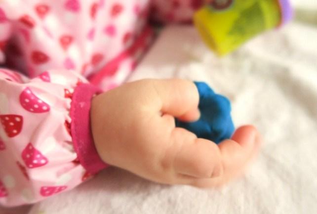 bebe decouvre la pate a modeler idees activites