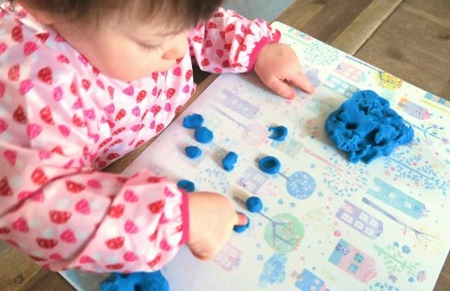 ecraser des boules de pate a modeler activite bebe 18-24 mois