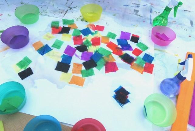 carrés de papier crépon à faire déteindre sur feuille humide