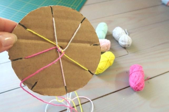 fabriquer des bracelets avec du fil et du carton