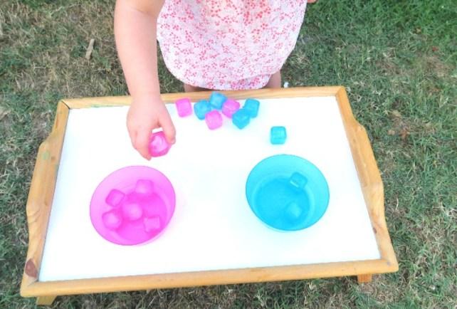 jeu de tri de couleurs avec des glaçons idée jeu rafraichissante 2 ans