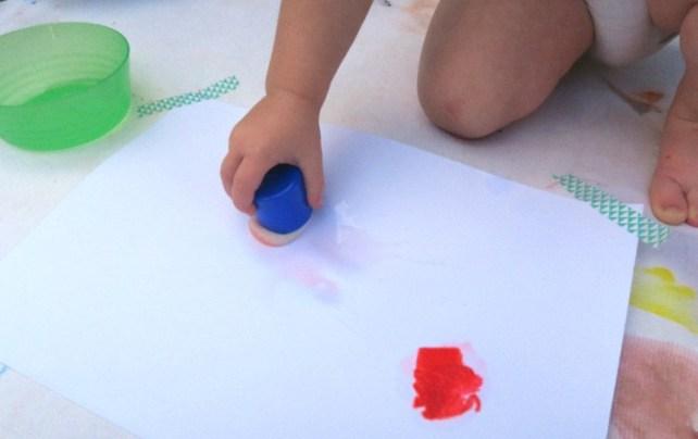 tampon et eau pour activité motricité fine et artistique bébé