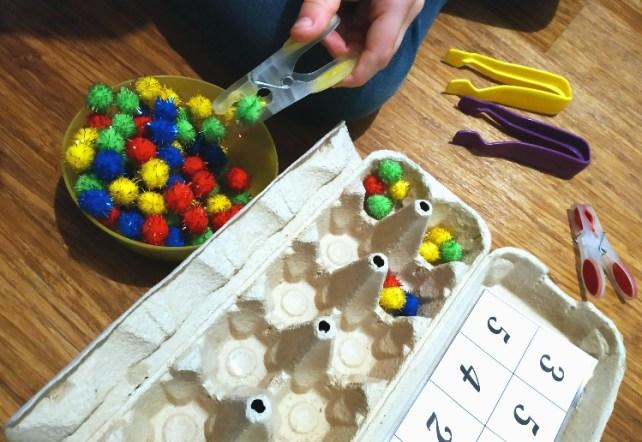 exercice pour enfant avce difficultés graphiques tri de pompons avec pinces à linges