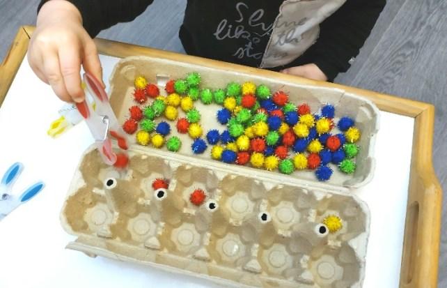 Motricité fine montessori jeu de tri de pompon avec boite oeuf et pince à linge