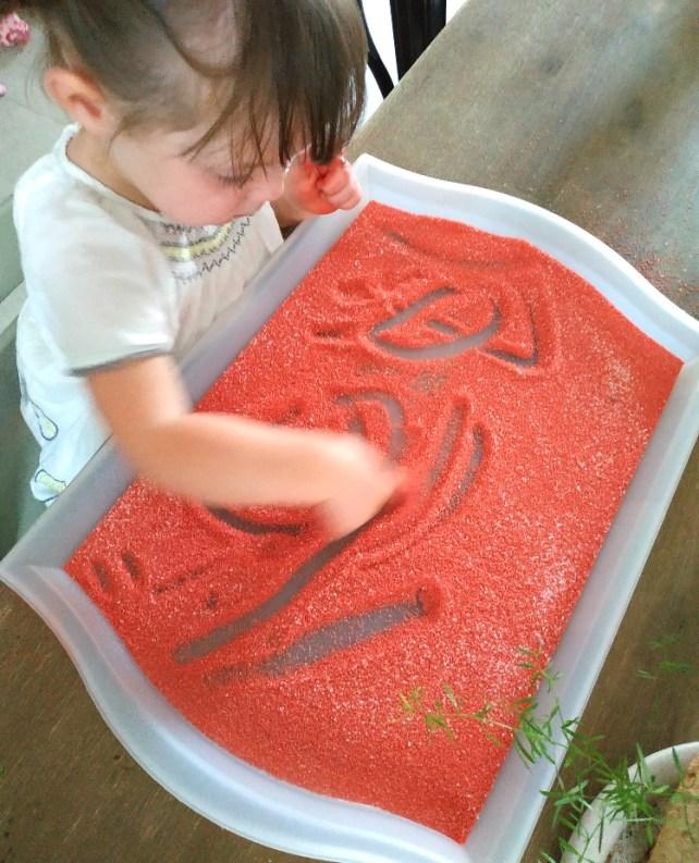premiers dessins avec le doigt dans plateau sable ou sel (2)