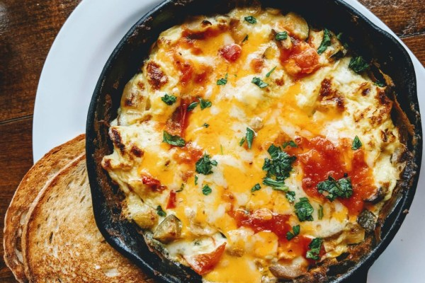 Scrambled eggs with spinach and tomatoes – a warm and filling breakfast on a cold day