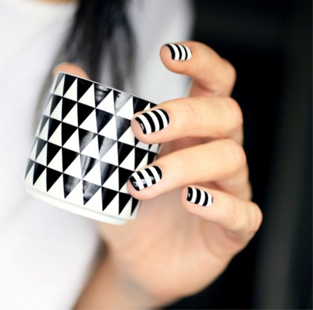 Manicure 2020 black and white stripes