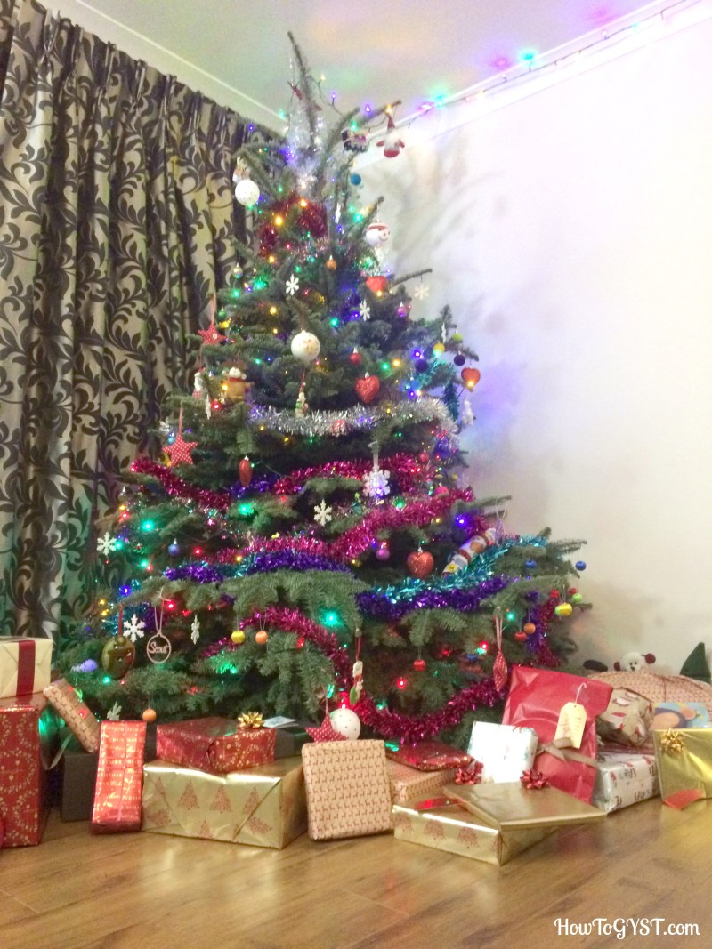 How To Save Money This Christmas   Xmas tree & presents