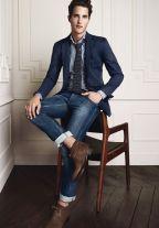Ботинки без носков с подвёрнутыми джинсами — вариант экстравагантный, но если джинсы опустить, то будет смотреться неплохо.
