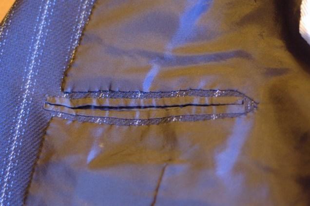 Исполнение внутреннего кармана и фиксацию подкладки аккуратными язык назвать не поворачивается