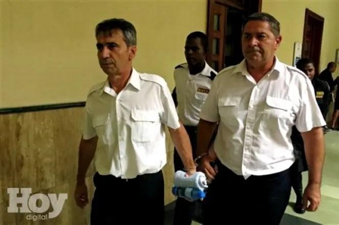 Los pilotos franceses Bruno Odos, izquierda, y Pascal Jean Fauret, formalmente imputados por tráfico de drogas son escoltaos en una corte en Santo Domingo, República Dominicana. Foto/AP.