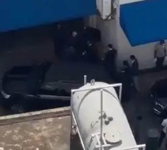 Video: Danilo Medina llega por puerta trasera de la funeraria para dar pésame a Leonel Fernández