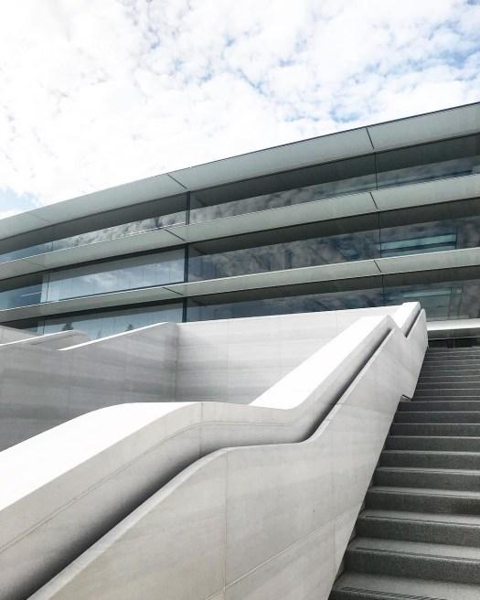 Escaleras de acceso principales.