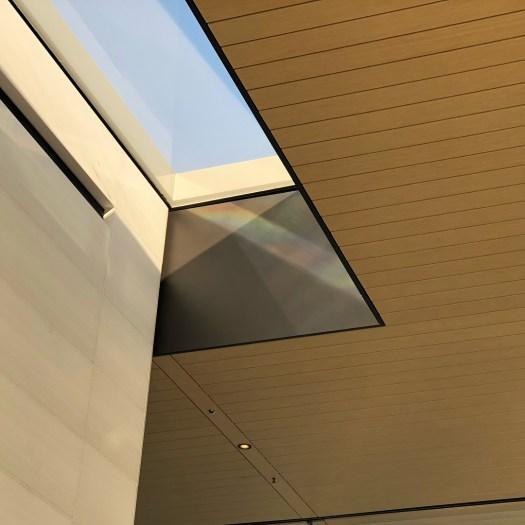 Entrada de luz en el techo de la cafeteria.