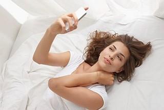 ¡Sorprendente! ¡Una de cada diez personas usan su celular durante el sexo2