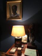 Seidenlampenschirm auf Caddy Lampe vor Little Greene Hicks Blue Wand