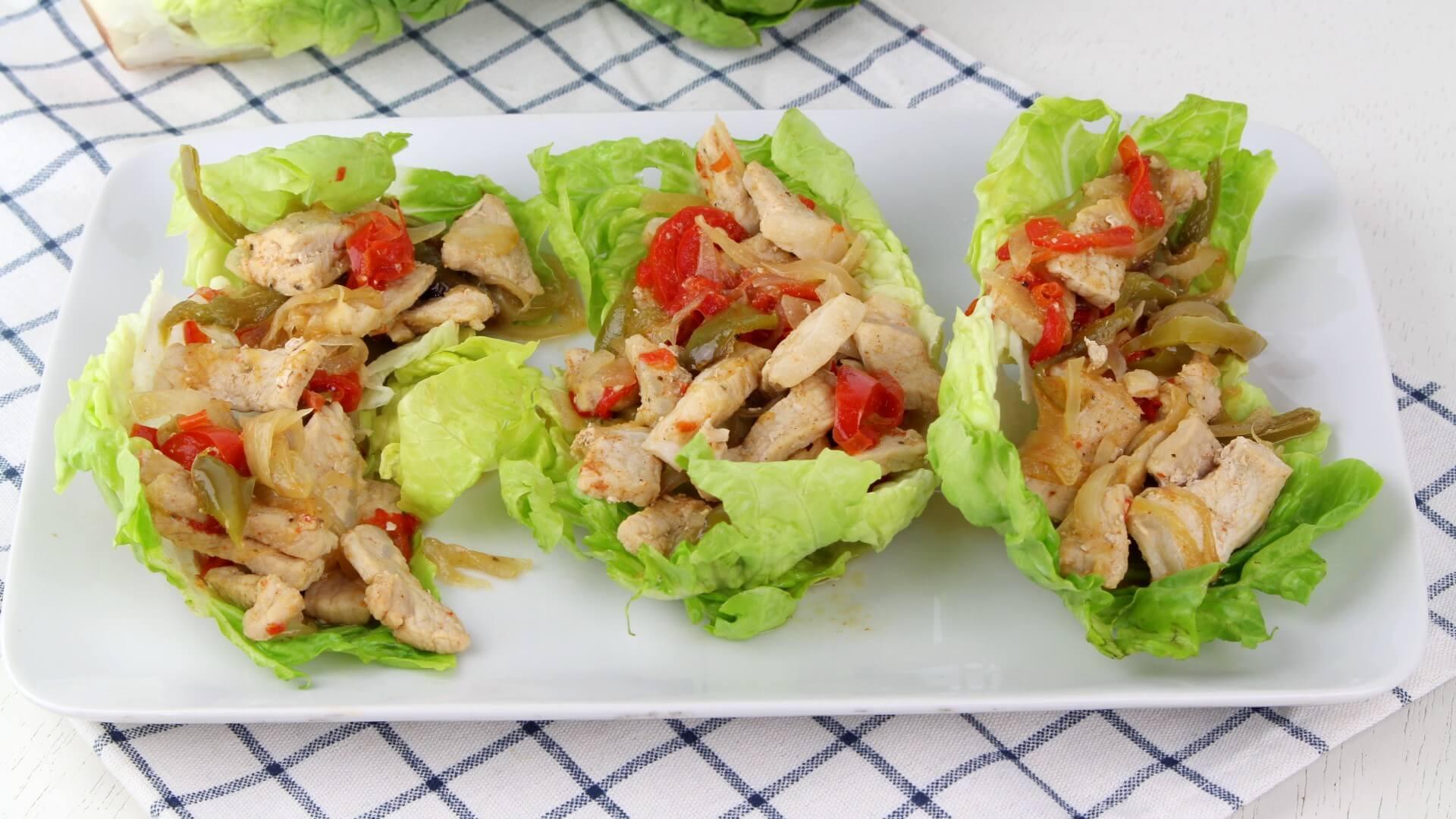 Tacos de lechuga con cerdo picante