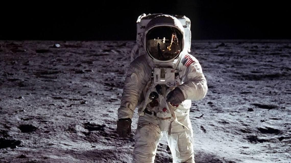 De que color ve un astronauta el cielo