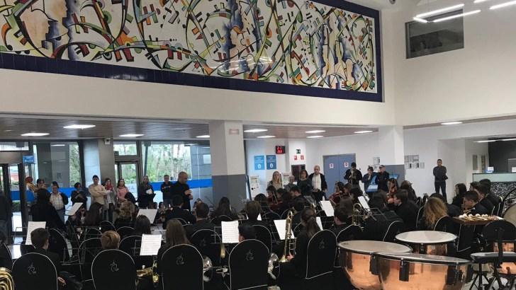 75 músicos de la Banda y la Orquesta del Conservatorio de Moncada conocen la Unidad de la Música del Hospital de Manises