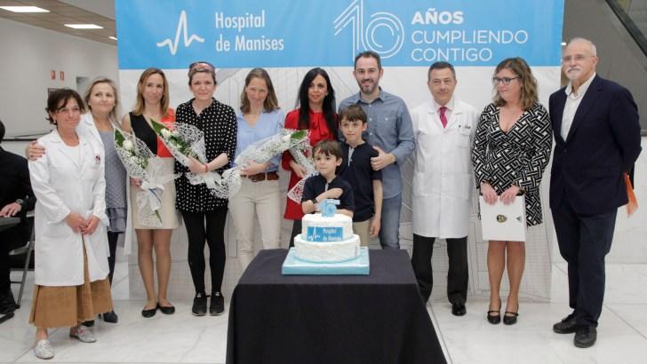 El Hospital de Manises celebra su décimo aniversario junto al primer bebé nacido en sus instalaciones