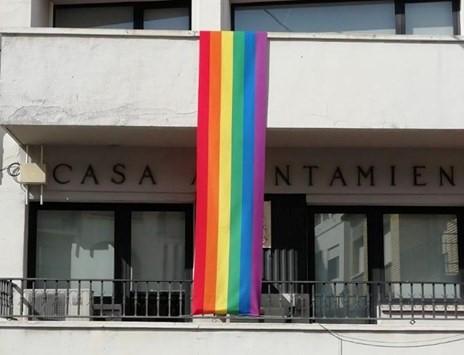 Alborache coloca la bandera LGTBI en el Ayuntamiento