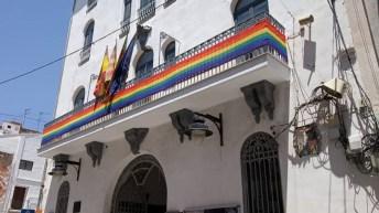 Buñol coloca la bandera LGTBI en el balcón del Ayuntamiento
