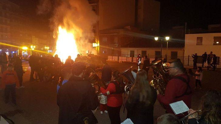Chiva celebra las tradicionales Hogueras de los Santos Medios