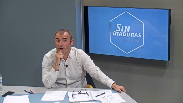 El periodista deportivo Pedro Morata graba su programa en las instalaciones de Radio Buñol TV