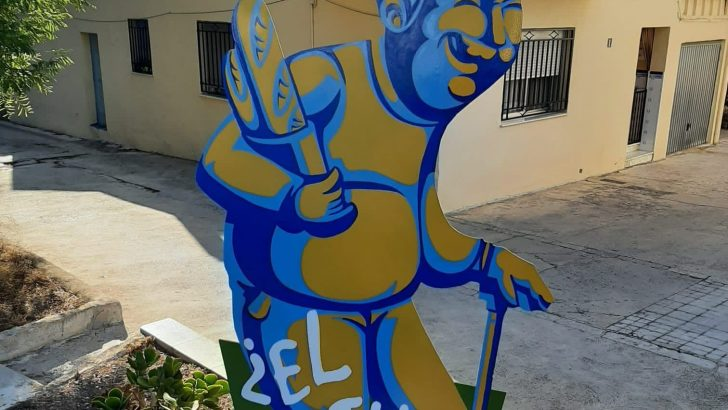 Las esculturas que invitan a comprar en los comercios de Buñol
