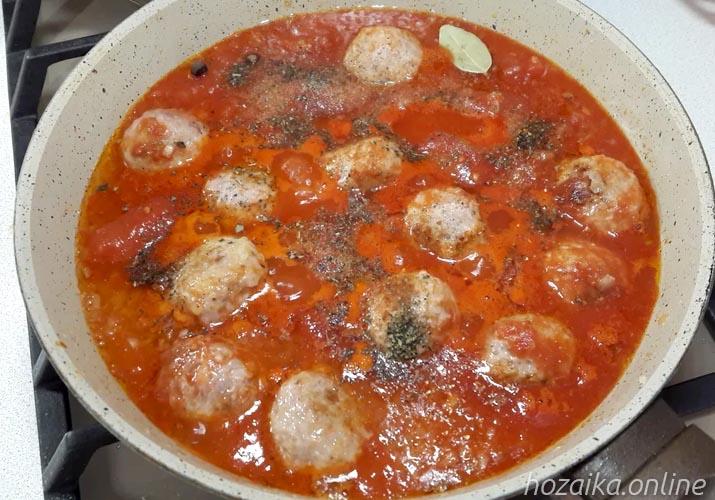 Lihapullia tomaattikastikkeessa mausteilla