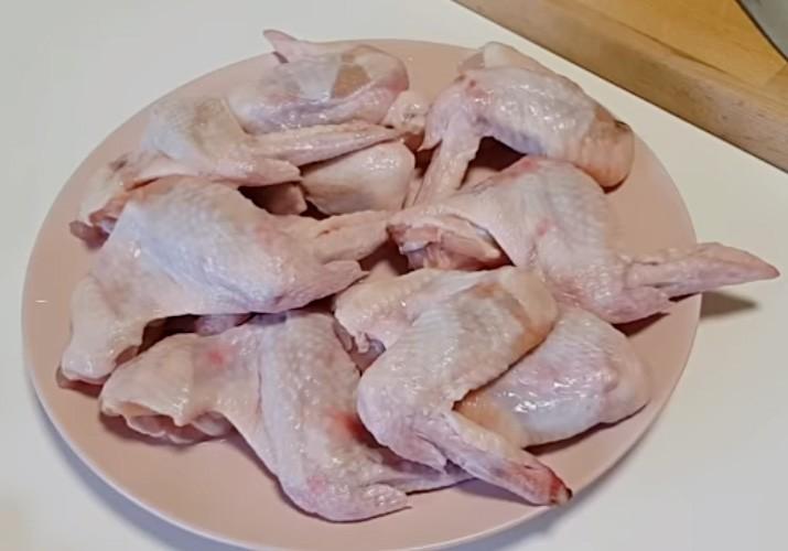 куриные крылья на тарелке сырые