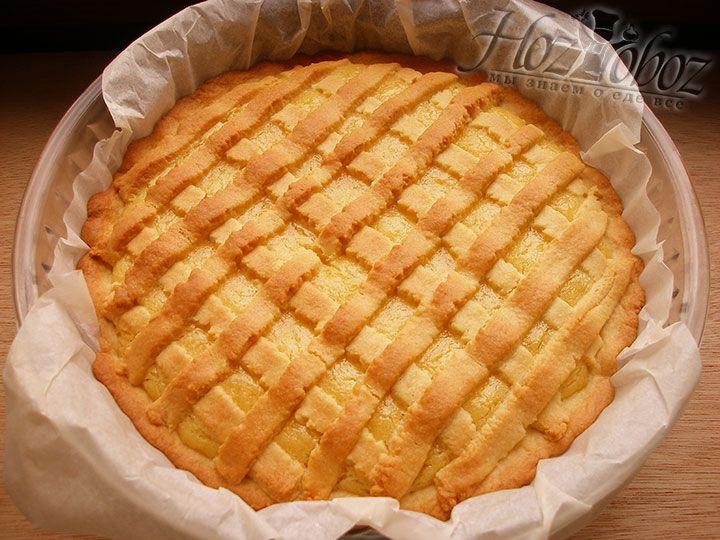 Выпекать лимонный пирог следует в духовом шкафу разогретом до 180 градусов не менее 30 минут. Подавать к столу такой пирог лучше остуженным