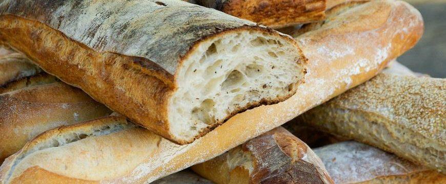 1 분 안에 전자 레인지 또는 오븐에서 오래된 빵을 부드럽게하는 방법
